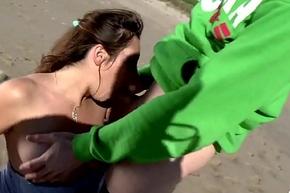 Charlotte se fait enculer par un espagnol sur unfriendliness plage